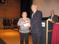 Une heureuse gagnante d'un prix de présence : Les textes marquants des relations franco-québécoises (1961-2011) : de g. à d. France DesRoches, Denis Racine et Louis Richer.