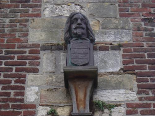 Buste de Champlain sur le mur occidental de la lieutenance de Honfleur.