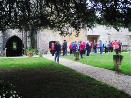 Le groupe de généalogistes québécois à l'abbaye de Fontdouce (Charente-Maritime).