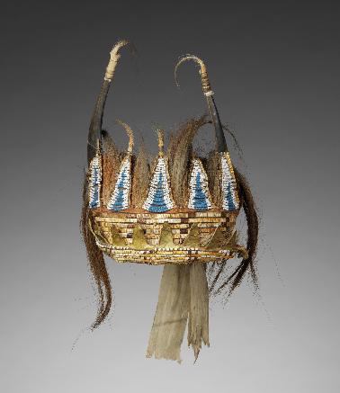 Bonnet à cornes fendues. Grands Lac occidentaux ou Plaines du nord-est, vers 1780 ; Ancienne collection de la Bibliothèque municipale de Versailles