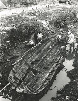 Barque à fond plat, hall d'entrée du Musée de la civilisation (MCQ)