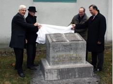 Dévoilement du mémorial du « Cimetière de l'Anse-à-Maheu ». De gauche à droite : M. Michel Gilbert  de la SHSAD, M. Marcel Corriveau, maire de la Ville, M. Michel Poitras, curé de la paroisse et M. Sam Hamad, député de Louis-Hébert.