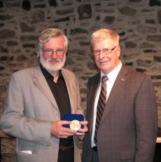 De g. à d. André Dorval récipiendaire de la médaille de l'Assemblée nationale, Jacques Marcotte, député de Portneuf.