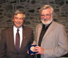 De g. à d. Denis Racine, coprésident pour le Québec, de la Commission franco-québécoise sur les lieux de mémoire communs (CFQLMC), André Dorval récipiendaire de la médaille de l'Assemblée nationale.