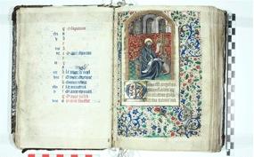 Le livre d'heure à l'usage de Rouen est conservé au Musée d'art de Joliette. À gauche, le calendrier de la seconde moitié de décembre avec les fêtes des saints. À droite, saint Luc transcrivant la parole divine.