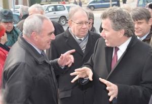 Le maire de la commune de Tourouvre, Guy Monhé, et le délégué général du Québec à Paris, Michel Robitaille.
