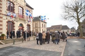 Devant la Mairie de la commune de Tourouvre où flottent les drapeaux québécois et français.