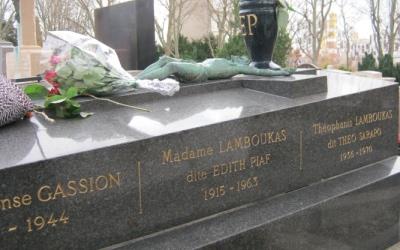 Tombe d'Édith Piaf au cimetière du Père-Lachaise à Paris.