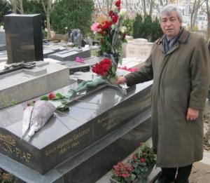 Denis Racine au cimetière du Père-Lachaise, donnant suite à la promesse faite lors de son allocution de clôture, au nom des amis et admirateurs de la Grande de la chanson.